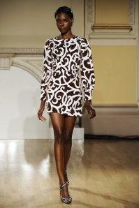 Um-vestido-em-lindo-padrão-para-todas-as-mulheres-mas-magnífico-para-as-de-pele-negra-Domínio-da-Moda